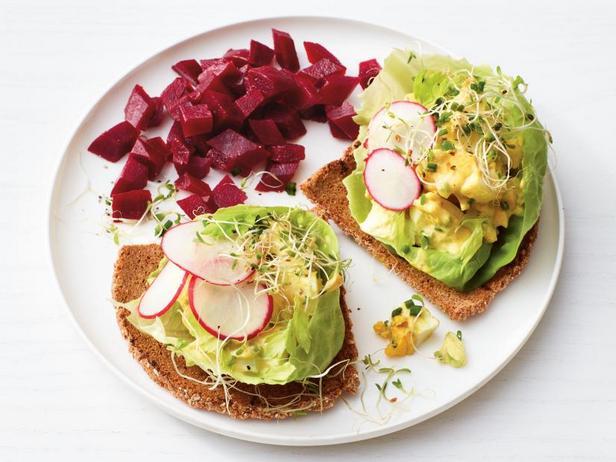 Фото Яичный салат со вкусом карри и маринованная свёкла