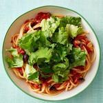 Спагетти «Путтанеска» с салатом эскариоль
