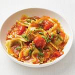 Равиоли с томатным соусом и зелёным луком