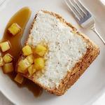 Бисквит «Пища ангела» с розмарином и тимьяном под ананасовым компоте