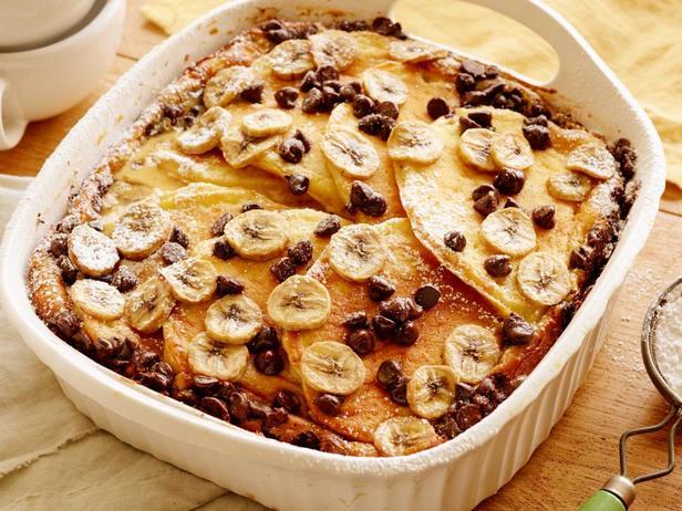 Запеканка из панкейков с бананами и шоколадом для завтрака