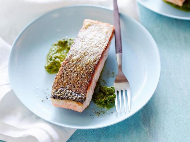 Фото Жареный лосось с песто из щавеля и фисташек