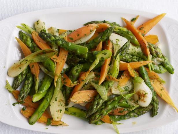 Фото Весенний салат из спаржи в горячей винегретной заправке
