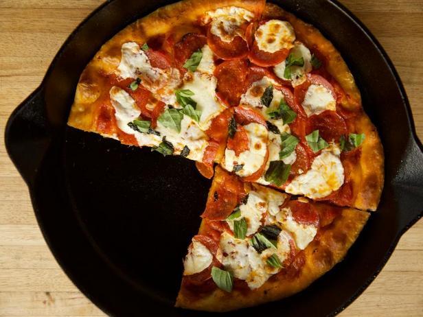 Пицца «Пепперони» в чугунной сковороде