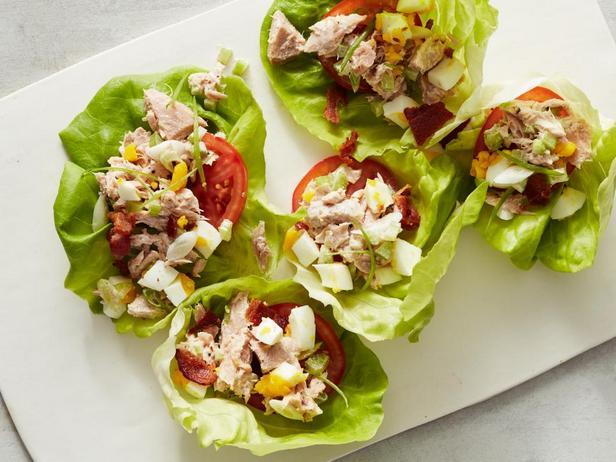 Салат из тунца в чашах из латука (кето-диета)