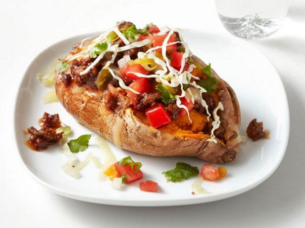 Сладкий картофель, фаршированный чили