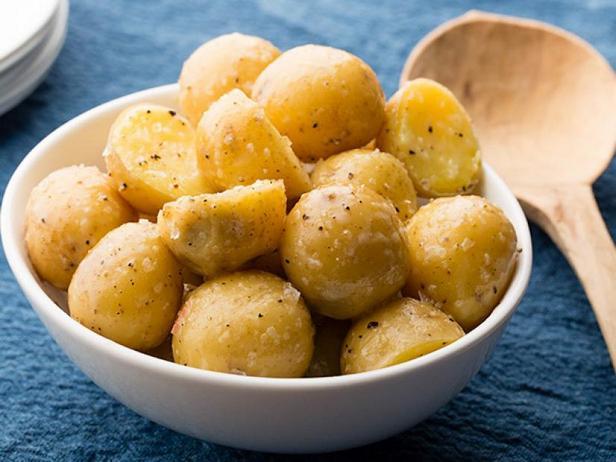 Фото Отварной молодой картофель со сливочным маслом