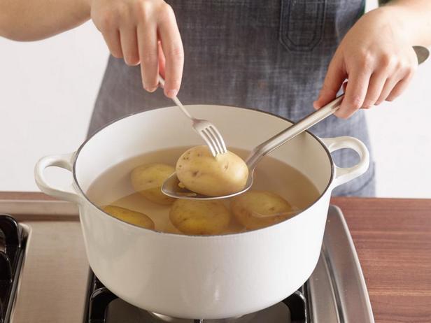 Отварной молодой картофель со сливочным маслом