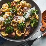 Паста орекьетте с капустой рапини и жареными колбасками