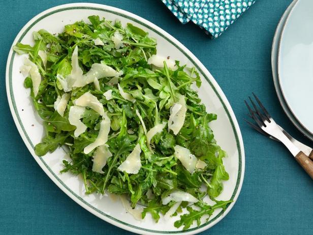 Салат из руколы с оливковым маслом, лимоном и пармезаном