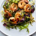 Салат из жареной черемши с креветками в винегретной заправке с маринованными огурцами