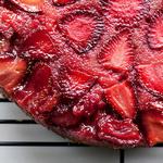 Пирог-перевёртыш с клубникой и ревенем
