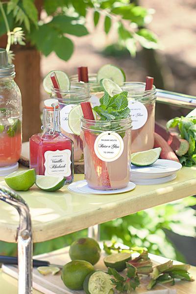 Фото Розовый лимонад с клубникой, ревенем и базиликом