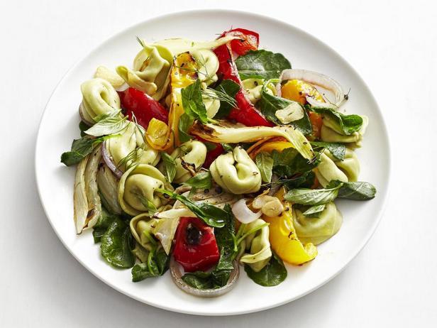 Тёплый салат с тортеллини и печёными овощами