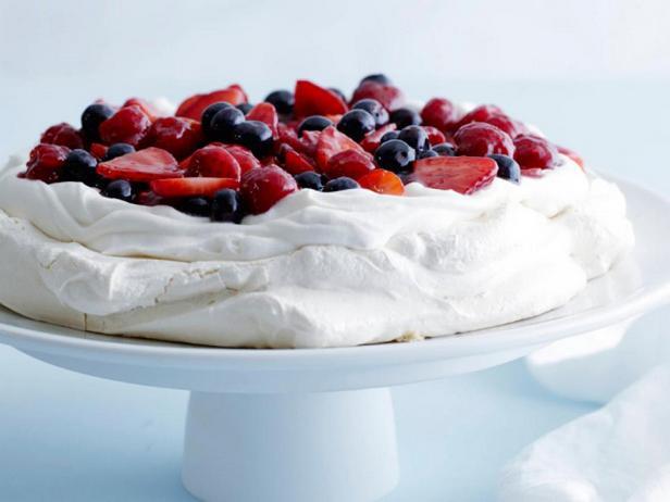 Торт «Павлова» с ягодным ассорти
