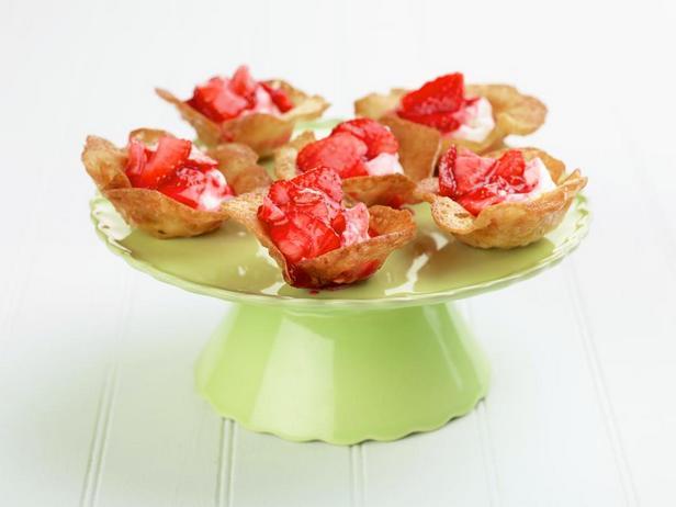 Тарталетки с клубникой и сиропом