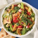 Листовой салат с огурцами, помидорами и чипсами