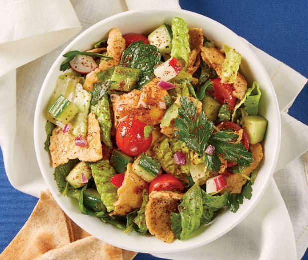 Фото Листовой салат с огурцами, помидорами и чипсами