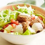 Салат из помидоров и огурцов с шариками Фалафель