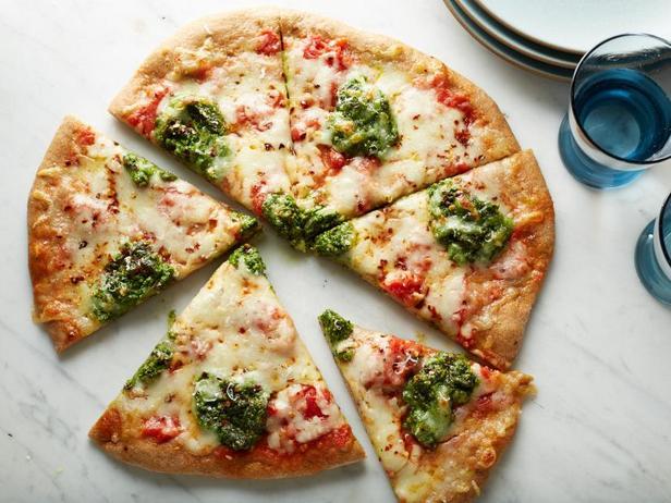 Фото Полезная цельнозерновая пицца с песто из руколы и петрушки