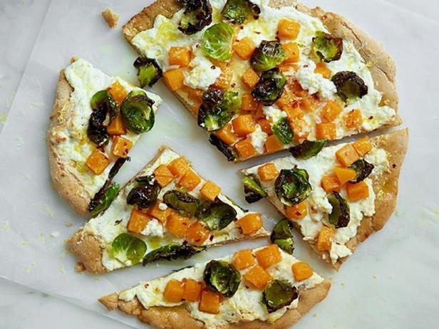 Фото Цельнозерновая пицца с брюссельской капустой, мускатной тыквой и рикоттой
