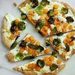 Цельнозерновая пицца с брюссельской капустой, мускатной тыквой и рикоттой