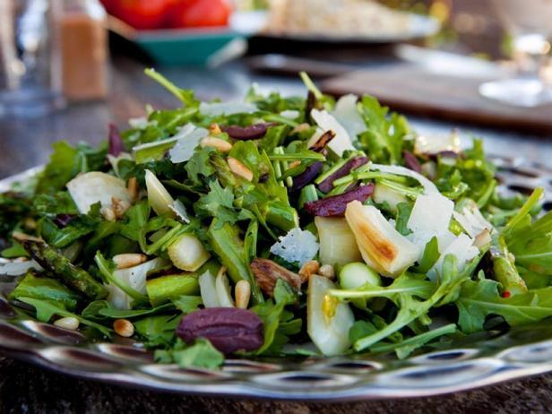 Салат из жареного на гриле фенхеля и спаржи