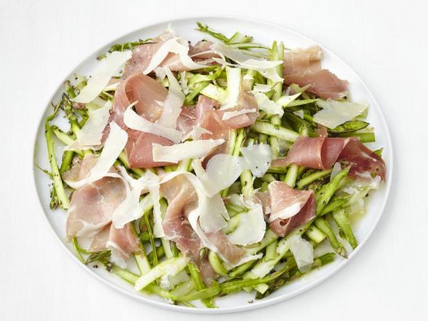 Салат из струганой спаржи с прошутто