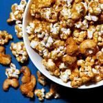 Карамельный попкорн, запечённый с кусочками печенья и орешками