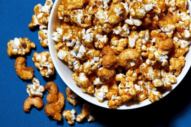 Фото Карамельный попкорн, запечённый с кусочками печенья и орешками