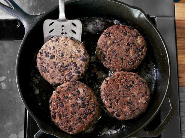 Вегетарианские котлеты на сковороде