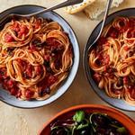 Спагетти «Путтанеска» с салатом радиккио
