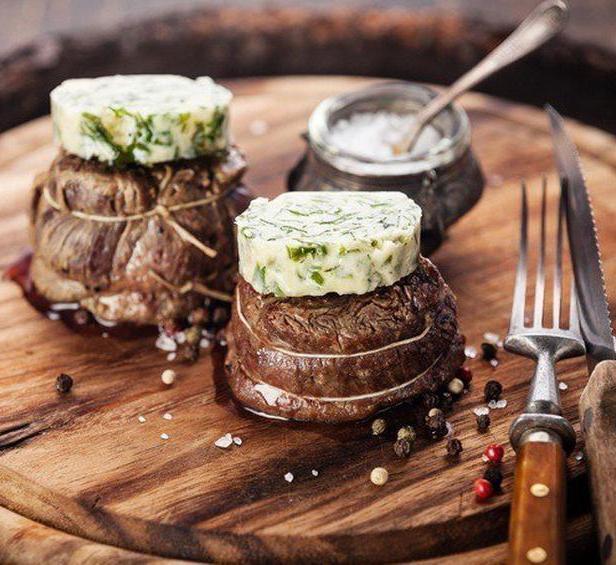 Стейк филе-миньон на гриле с летним салатом в азиатской заправке