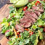 Салат с говядиной и жареными на гриле овощами