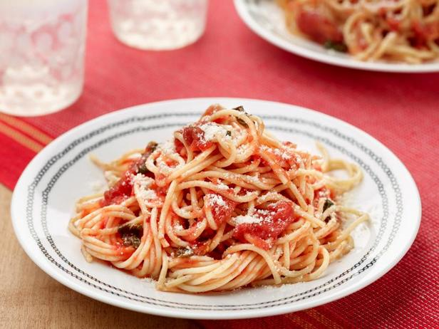 Фото Итальянский томатный соус с базиликом для спагетти