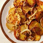 Жареная золотистая картошка с луком