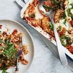 Запеканка из макарон с курицей, шпинатом и свежей моцареллой
