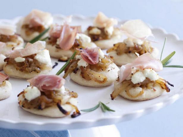 Лепёшки с карамелизированным луком, козьим сыром и прошутто
