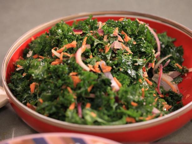 Салат из листовой капусты кале