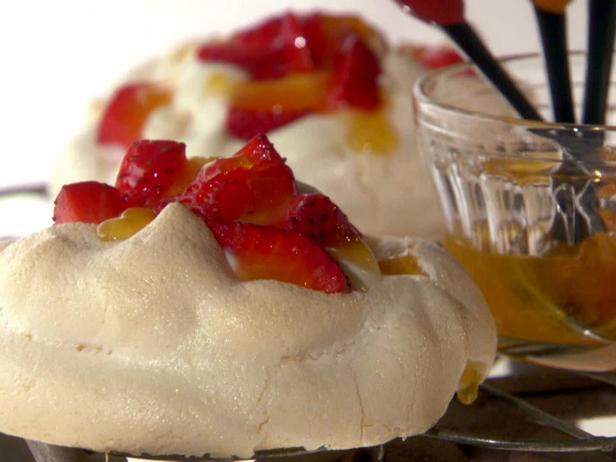 Десерт «Павлова» с клубникой и абрикосовым сиропом