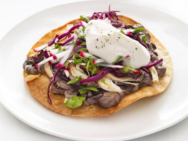 Тостадос с курицей, черной фасолью и салатом из красной капусты
