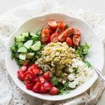 Вегетарианский нутовый салат с руколой