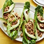 Жареный тофу в листьях салата