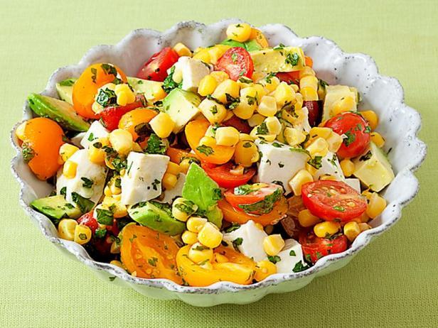 Фото Салат с кукурузой, помидорами и авокадо