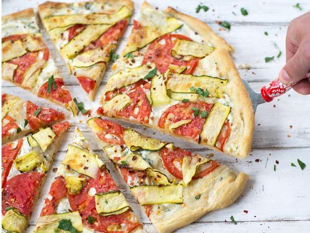 Пицца с цуккини, рикоттой и лимоном
