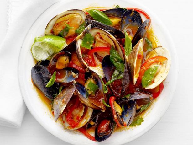 Мидии и моллюски в тайском соусе с карри