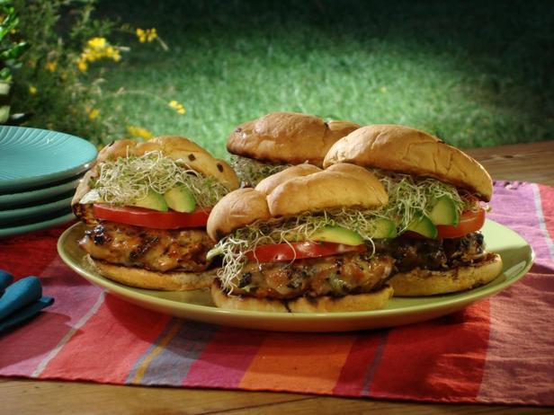 Бургер «Рог изобилия» с индейкой и айоли с паприкой