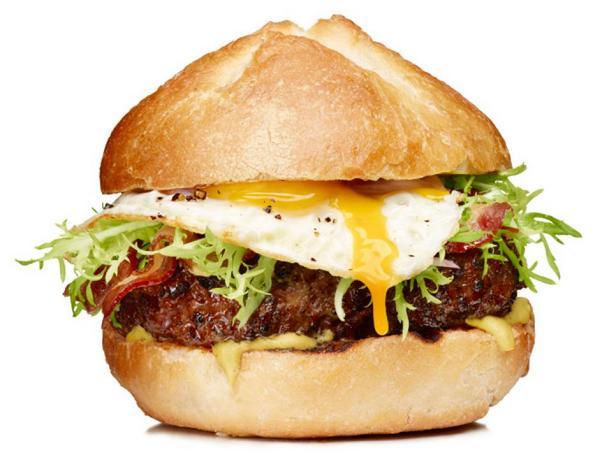 Гамбургеры с яйцом и салатом фриссе