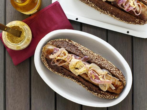 Хот-доги с говяжьими сосисками-гриль с сыром по-висконсински