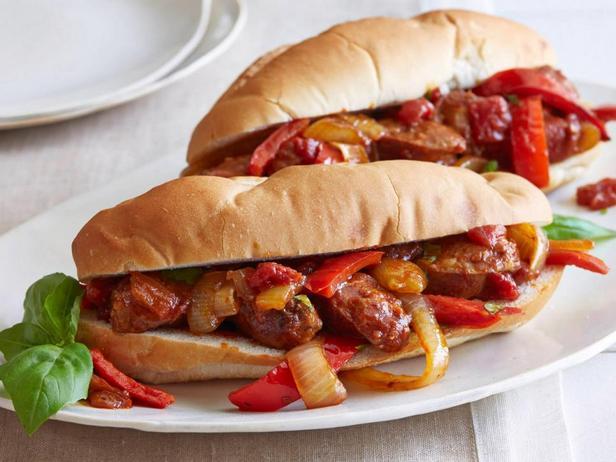 Жареные колбаски со сладким перцем и луком